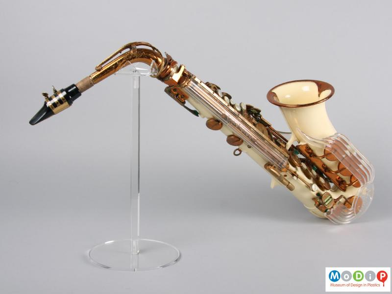 Side view of a saxophone showing the mouthpiece.